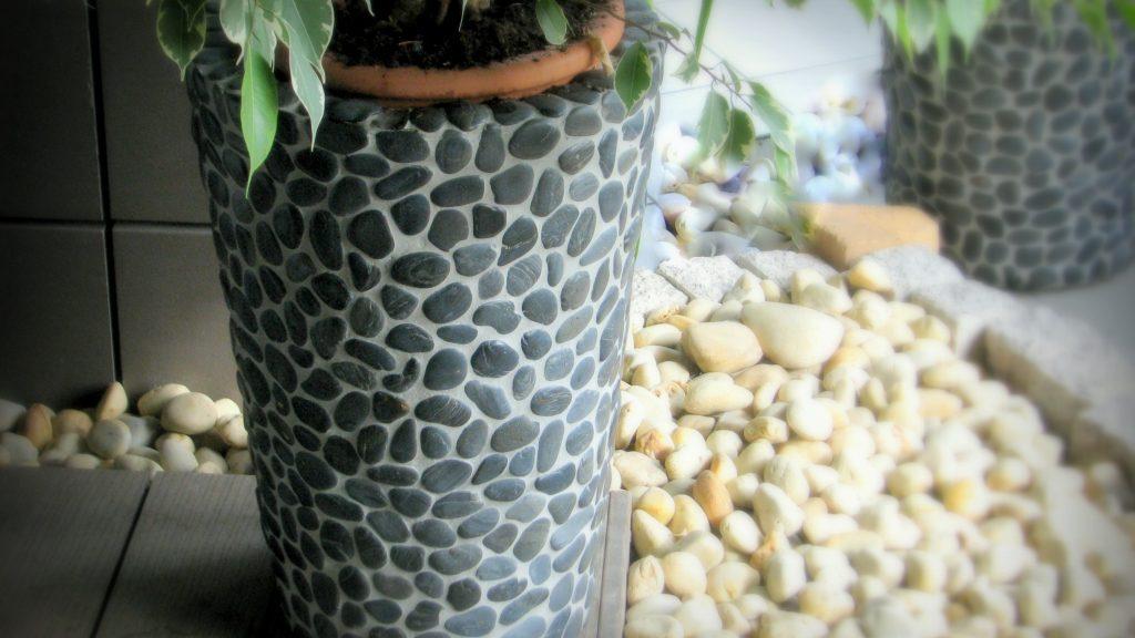 Vazonas apklijuotas gludintų akmenukų mozaika