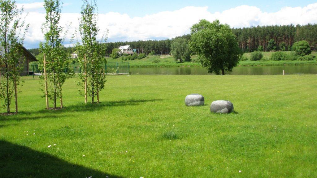 Žali akmeniniai krėsliukai