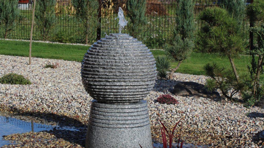 Briaunuotas akmeninis fontanėlis