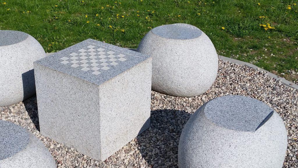 Akmeninės sėdimos figūros